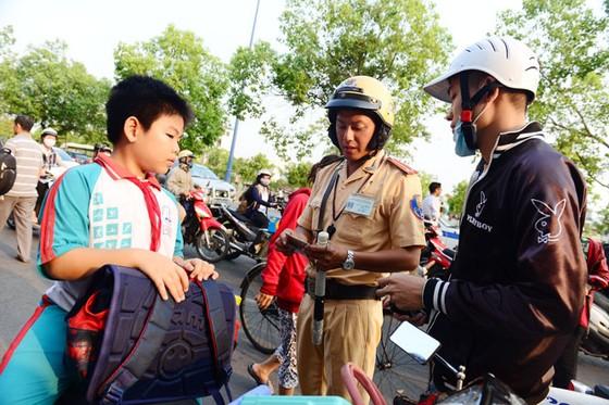 TPHCM cao điểm kiểm tra mũ bảo hiểm trẻ em ảnh 3