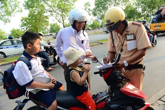 TPHCM cao điểm kiểm tra mũ bảo hiểm trẻ em ảnh 2