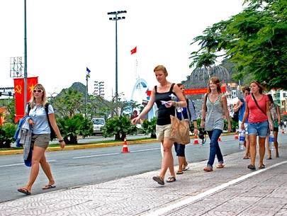 Khách quốc tế đến Việt Nam đạt 5,7 triệu lượt ảnh 1