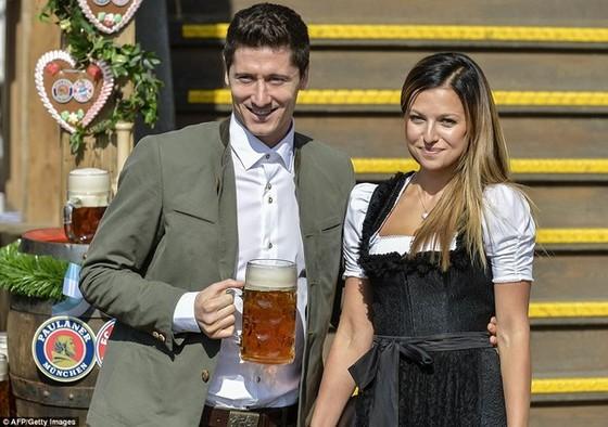 Dàn WAGs Bayern đẹp mê mẩn ở lễ hội bia Oktoberfest ảnh 1