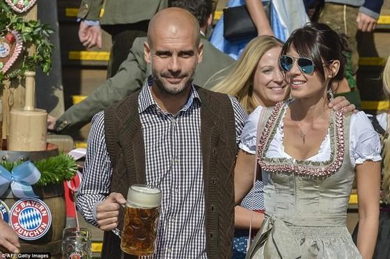 Dàn WAGs Bayern đẹp mê mẩn ở lễ hội bia Oktoberfest ảnh 3
