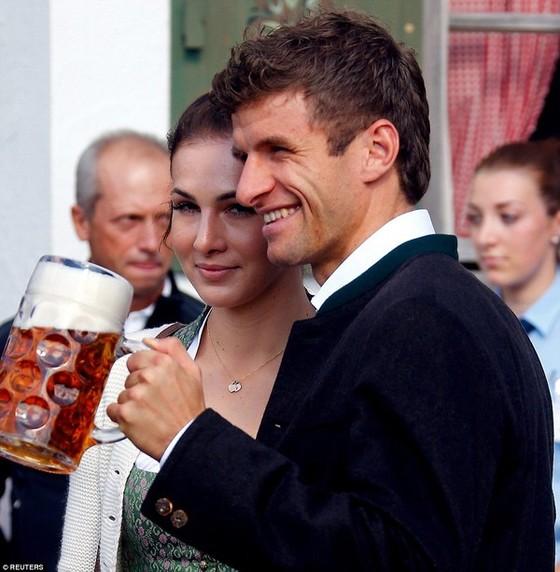 Dàn WAGs Bayern đẹp mê mẩn ở lễ hội bia Oktoberfest ảnh 7