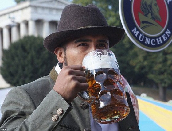 Dàn WAGs Bayern đẹp mê mẩn ở lễ hội bia Oktoberfest ảnh 6