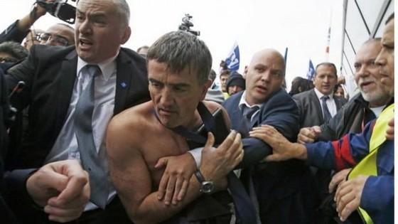 Bàn giảm nhân sự, lãnh đạo Air France bị đánh rách áo ảnh 1