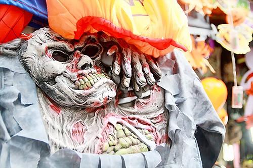 Thị trường Halloween tràn lan đồ kinh dị, bạo lực ảnh 1