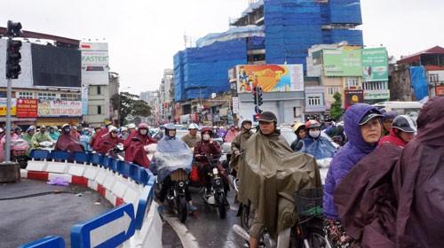 Giao thông Hà Nội kẹt cứng trong mưa rét ảnh 2