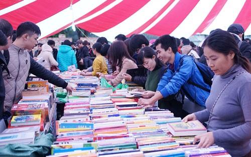 Phiên chợ sách cũ lớn nhất miền Bắc ảnh 1
