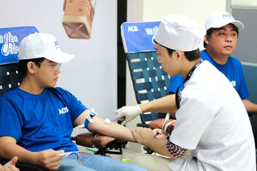 ACB tặng gần 500 đơn vị máu cứu người ảnh 1