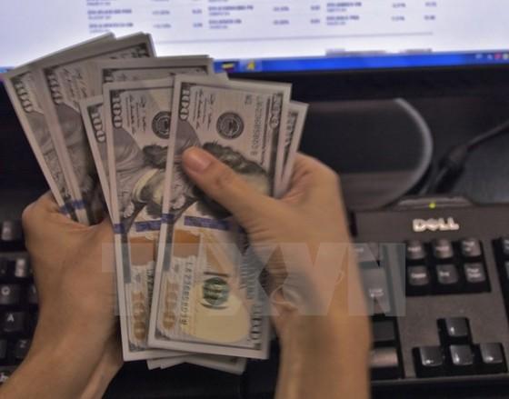 Các ngân hàng bất ngờ nâng giá USD ảnh 1