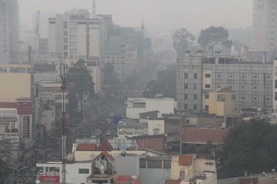 Sài Gòn mờ ảo do sương mù kết hợp mù khô ảnh 1