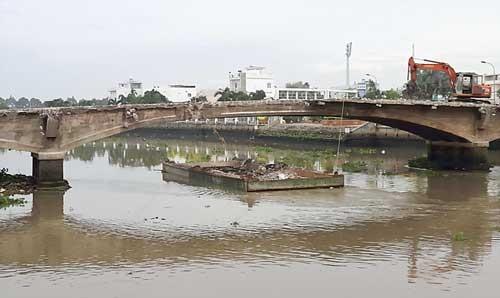 Công nhân dỡ cầu Đúc 100 tuổi rớt sông mất tích ảnh 1