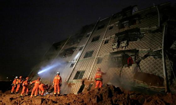 Hiện trường lở đất kinh hoàng ở Trung Quốc ảnh 1