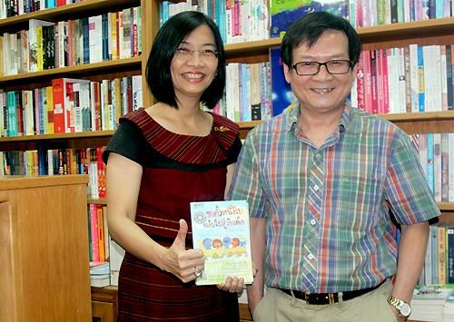 Độc giả Thái tìm xin chữ ký nhà văn đêm Giáng Sinh ảnh 1