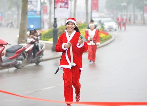 Giới trẻ hóa trang ông già Noel chạy marathon ảnh 4