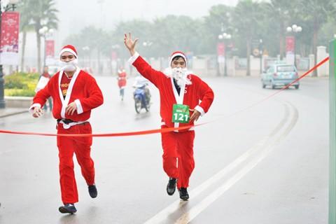 Giới trẻ hóa trang ông già Noel chạy marathon ảnh 5