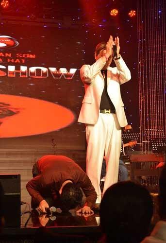 Mẹ mất, nghệ sĩ hài Vân Sơn quỳ khóc trên sân khấu ảnh 1