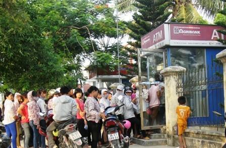 Người dân vẫn dài cổ rút tiền từ ATM ảnh 1