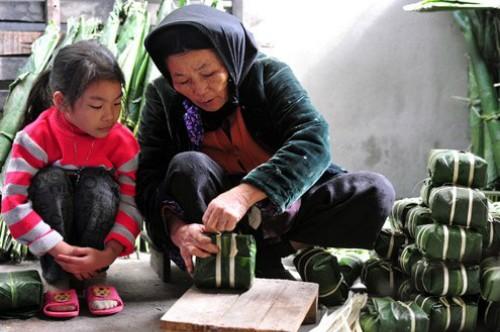 Báo Pháp viết về gói bánh chưng Việt Nam ảnh 1