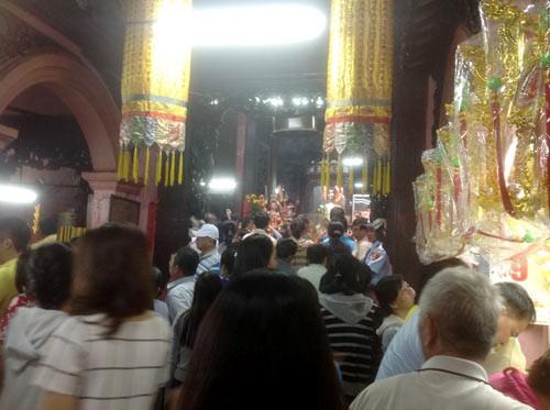 TPHCM: Đền chùa đông nghẹt, giữ xe chặt chém ảnh 1
