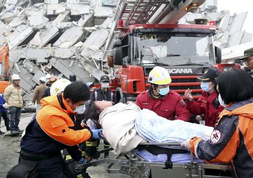 2 người Đài Loan sống sót sau 2 ngày kẹt nhà sập ảnh 1