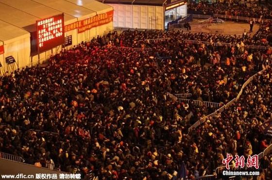 100.000 người kẹt ở ga Quảng Châu chờ về quê ảnh 1