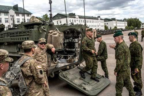 Mỹ ồ ạt đưa vũ khí hạng nặng đến châu Âu ảnh 1