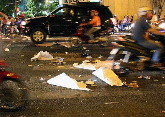 Trung tâm Sài Gòn ngập rác sau giao thừa ảnh 2