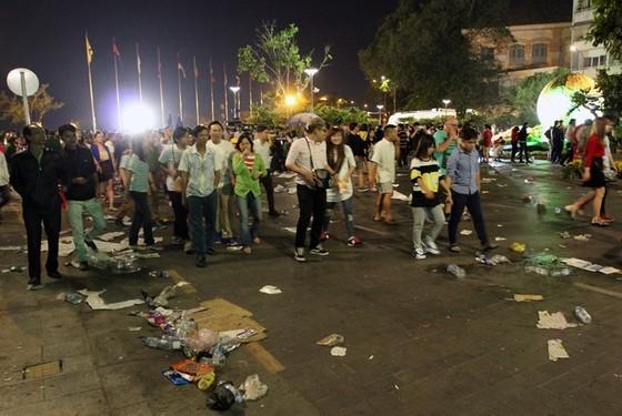Trung tâm Sài Gòn ngập rác sau giao thừa ảnh 4