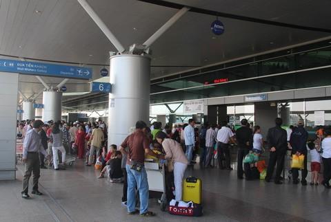 Hạn chế đưa đón tại sân bay tránh ùn tắc ảnh 1