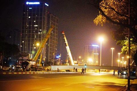 Hà Nội: Dầm thép khổng lồ đổ sập giữa đêm ảnh 1