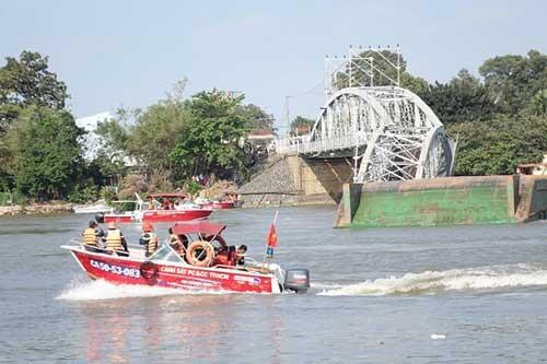 Sập cầu Ghềnh, nhiều người rơi xuống sông ảnh 1