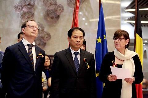 Tưởng niệm nạn nhân khủng bố ở Bỉ tại Hà Nội ảnh 1