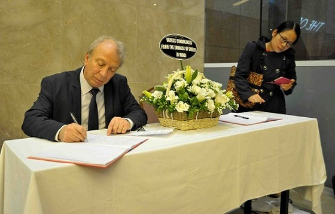Tưởng niệm nạn nhân khủng bố ở Bỉ tại Hà Nội ảnh 3