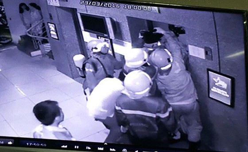 Thang máy chung cư TPHCM chở 16 người rơi ảnh 1