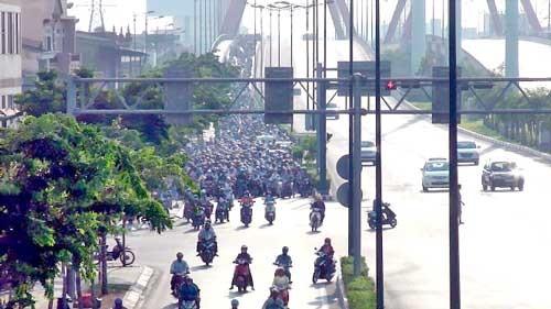 Xe 2 bánh được chạy trong làn ôtô đại lộ Phạm Văn Đồng ảnh 1