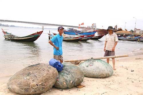 Ngư dân gác chèo, treo lưới vì họa 'cá chết' ảnh 2