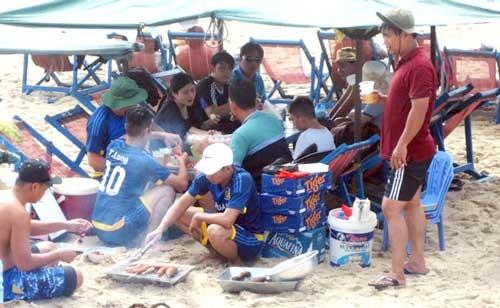 Vũng Tàu: Dừng ăn uống, nấu nướng trên bãi biển ảnh 1