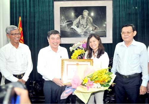 Chủ tịch UBND TPHCM thưởng nóng PV Hàn Ni ảnh 1