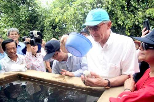 Phó Tổng thư ký LHQ nếm nước mặn ở Bến Tre ảnh 1