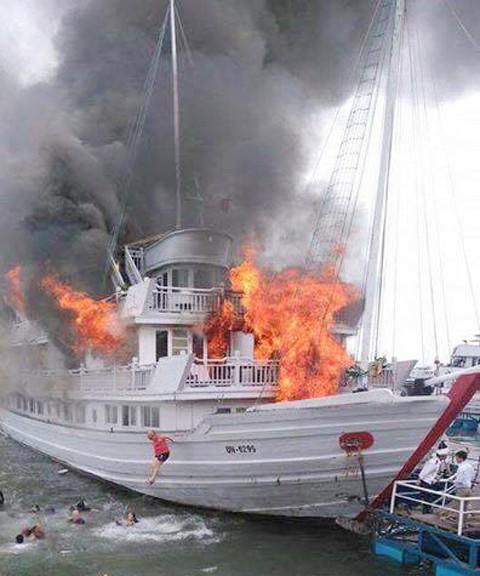 Quảng Ninh: Cháy tàu du lịch có 36 khách quốc tế ảnh 1
