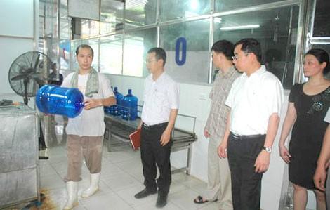 Nhiều cơ sở sản xuất nước uống vi phạm ATTP ảnh 1