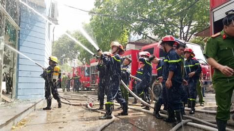 Hà Nội: Cháy lớn tại kho hàng sản xuất gỗ ảnh 2