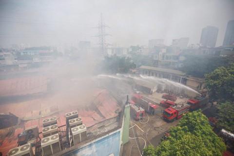 Hà Nội: Cháy lớn tại kho hàng sản xuất gỗ ảnh 1