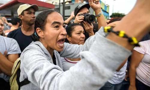 Dân Venezuela tràn vào siêu thị cướp đồ ảnh 1