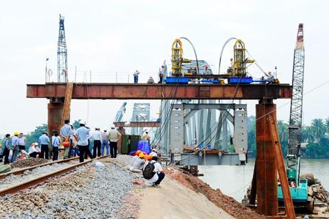 Hoàn thành nối nhịp và chạy tàu qua cầu Ghềnh ảnh 3