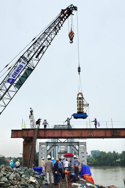 Hoàn thành nối nhịp và chạy tàu qua cầu Ghềnh ảnh 4