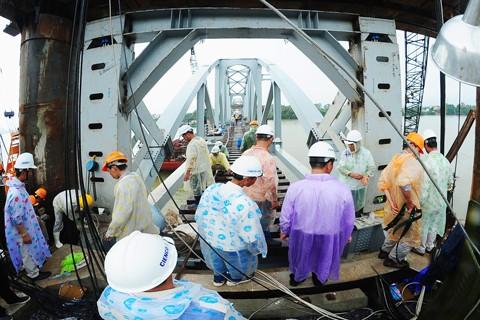Hoàn thành nối nhịp và chạy tàu qua cầu Ghềnh ảnh 6
