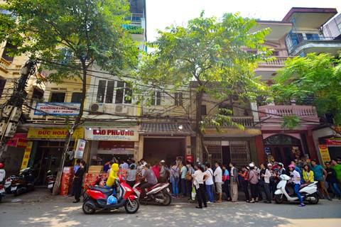 Hà Nội: Người dân xếp hàng mua bánh trung thu ảnh 4