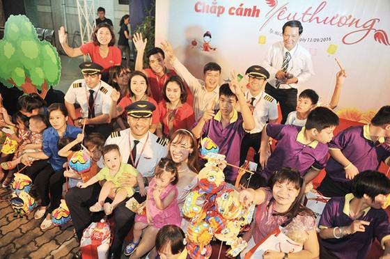 TGĐ Vietjet mang trung thu đến trẻ em tàn tật, mồ côi ảnh 1