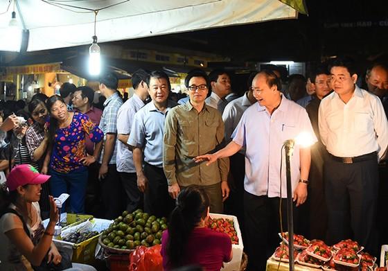 Thủ tướng thị sát chợ Long Biên tờ mờ sáng ảnh 1